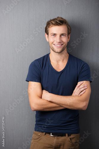 junger mann mit verschränkten armen