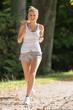 Mädchen joggt im Park