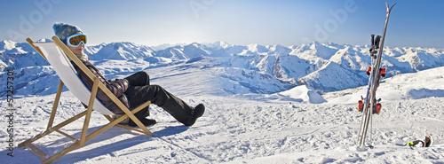 Leinwanddruck Bild Jeune femme détente au ski, panorama