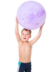 Kleiner Junge spielt mit Gymnastikball
