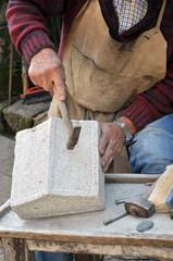 Scalpellino. Dettaglio mani di artigiano al lavoro