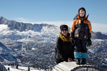 Kleinkind mit Mitter im Gebirge