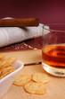Zeitung, Zigarre, Buch und Whisky