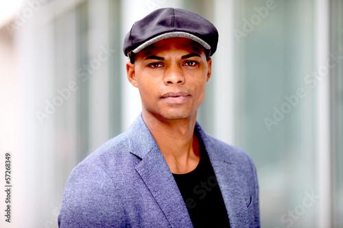 Hübscher dunkelhäutiger Mann
