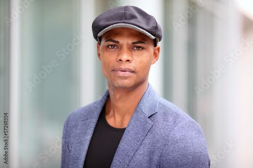 Dunkelhäutiger Mann mit Flatcap