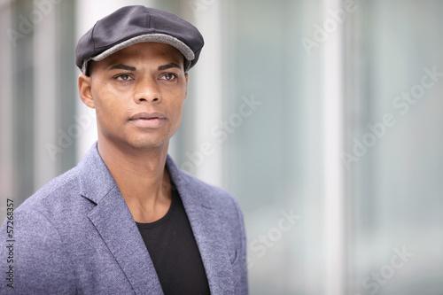 Dunkelhäutiger Mann mit Hut