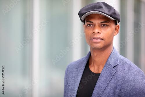Junger Mann mit Hut