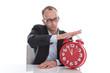Mann ist gestresst und nimmt sich eine Auszeit im Job