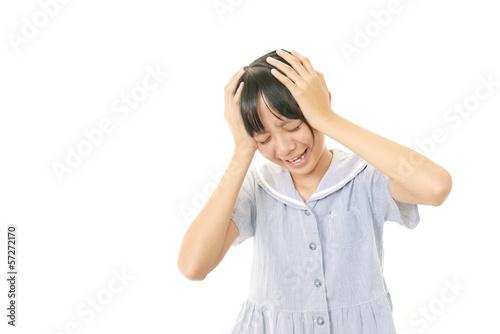 頭を抱える女の子