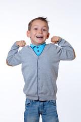 Junge zeigt Muskeln mit breiter Brust