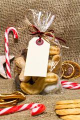 Weihnachtsgebäck mit Geschenkanhänger, Textfreiraum