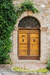 Elegante porta di legno in Toscana