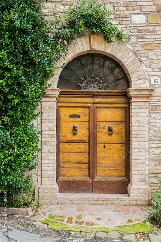 eleganckie-drewniane-drzwi-w-toskanii