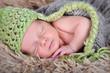 Baby mit grüner Mütze