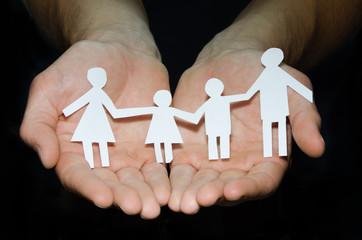 Papiermännchenfamilie in Händen