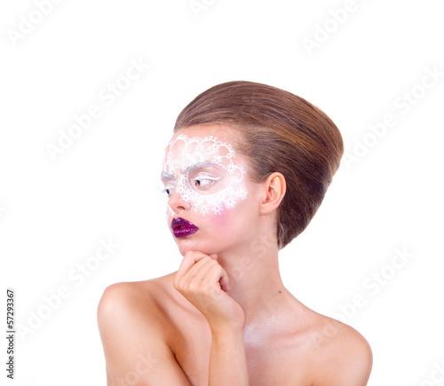 девушка держит руку возле лица, белая маска, визаж