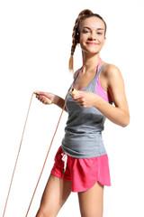 radosna kobieta ćwiczy ze skakanką