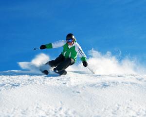 Skifahrer im Pulverschnee