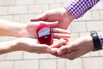 Парень подарил своей девушке кольцо