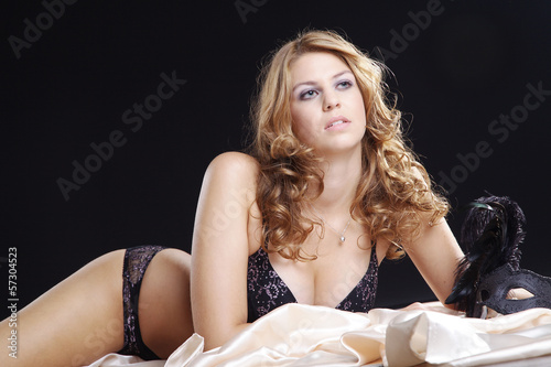 Hübsche Frau im Bett liegend