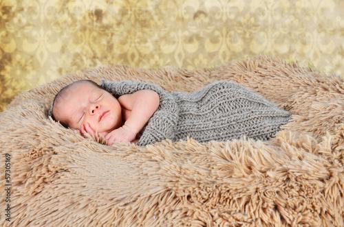 Baby schläft auf einer Felldecke