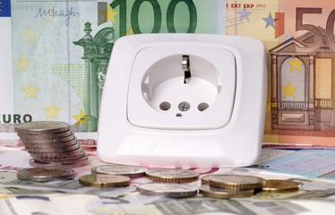 Steckdose und Euroscheine