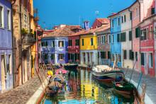 Красочные дома и канал на острове Бурано, близ Венеции, Италия.