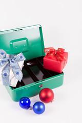 Leere Geldkassette mit Weihnachtsgeschenken