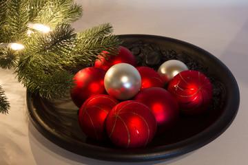 Blauer Keramikteller mit Weihnachtskugeln