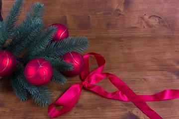 Weihnachtszweig auf rustikalem Hintergrund