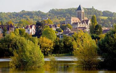Vétheuil, village au bord de la Seine en automne