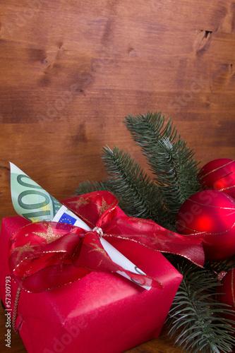 Mit Euro-Geldschein dekoriertes Weihnachtsgeschenk