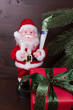 Weihnachtsmann mit Geldrute und Geschenk