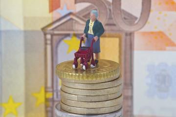 Seniorin mit Rollator auf Geldstapel