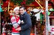 Pärchen auf Weihnachtsmarkt während Adventszeit