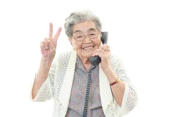 電話をする高齢者
