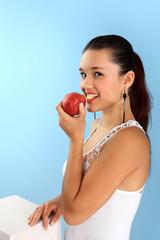 Piękna dziewczyna ugryzła jabłko.