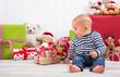 Kind freut sich an Weihnachten über Geschenke - Baby