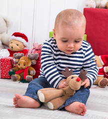 Glückliches Baby an Weihnachten - Fest mit Kindern