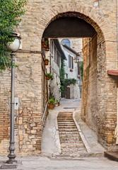 Fototapeta antyczna uliczka z łukiem we Włoszech