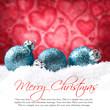Weihnachtskugeln vor Herzhintergrund