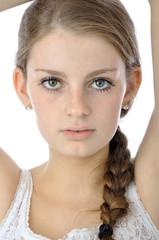 Ernst blickender Teenager im Portrait