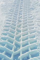 LKW-Spur im Schnee