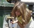 Donna beve alla fontanella