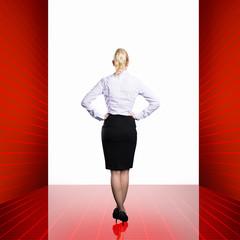 junge Geschäftsfrau steht vor gleißendem Licht