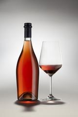 Bottiglia e Bicchiere vino rosato spumante