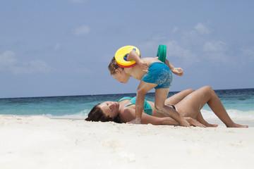 Mutter mit Sohn am tropischen Strane