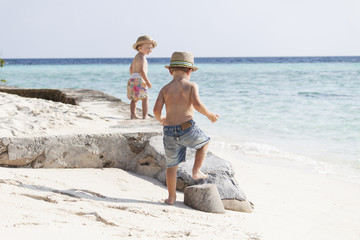 Geschwister am Strand Malediven