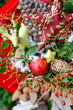 Adventsgesteck mit Äpfeln