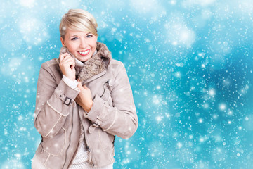 attraktive blonde Frau in Wintersachen